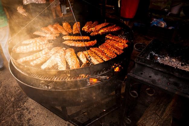 Rolos de carne deliciosa na grelha vista alta