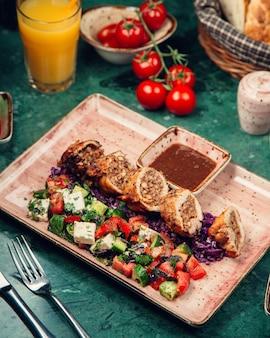 Rolos de carne fatiada com salada de legumes