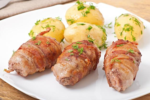 Rolos de carne grelhada envoltos em tiras de bacon