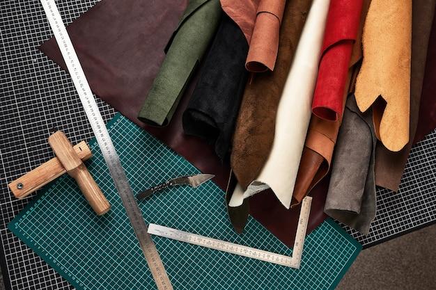 Rolos de couro com ferramentas da oficina. acessório de couro genuíno