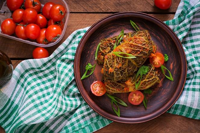 Rolos de couve lombarda recheada com molho de tomate