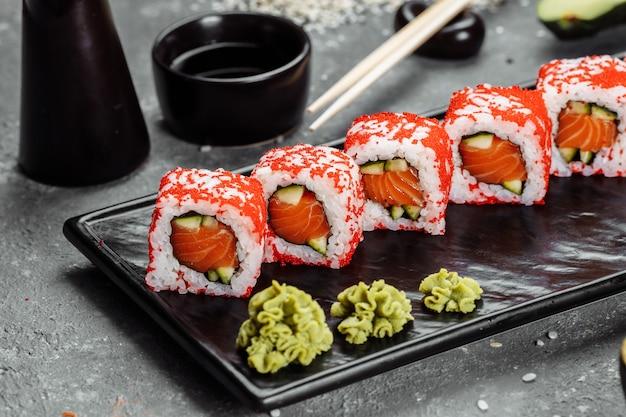 Rolos de estilo sushi califórnia, com vegetais crus, fundo de fronteira de alimentos.