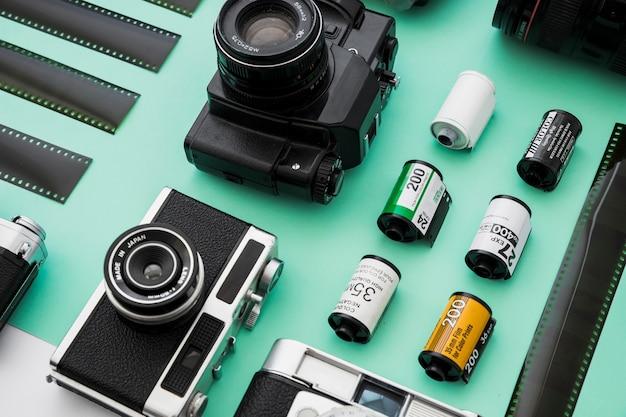 Rolos de filme perto de câmeras e fitas