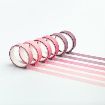 Rolos de fita adesiva e tiras paralelas