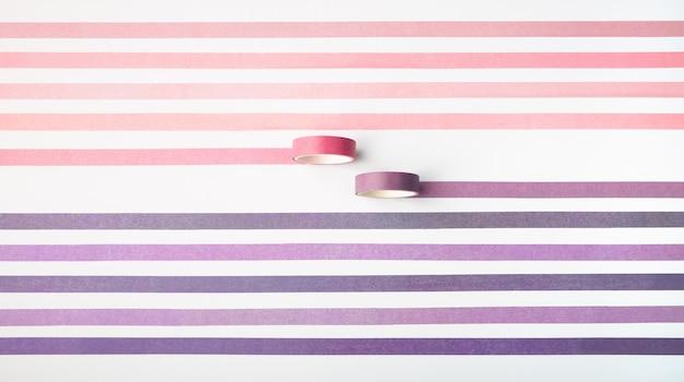 Rolos de fita adesiva isolados no branco