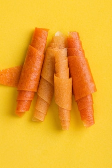 Rolos de frutas de laranja, manga, banana em amarelo