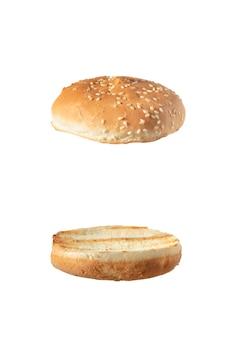 Rolos de hambúrguer levemente grelhados isolados no branco