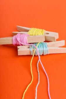 Rolos de lã multicolor na laranja
