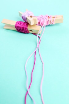 Rolos de lã rosa em verde