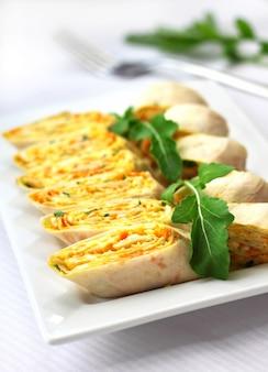 Rolos de lavash armênio com cebola, cenoura e queijo