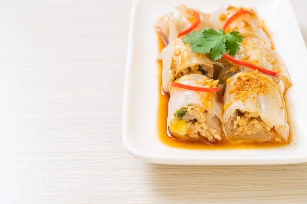 Rolos de macarrão de arroz cozido no vapor chinês. comida asiática
