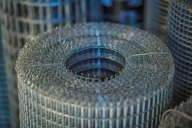 Rolos de malha de ferro (malha de arame) uso para reforçar o concreto no canteiro de obras.