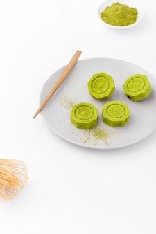 Rolos de matcha close-up em um prato