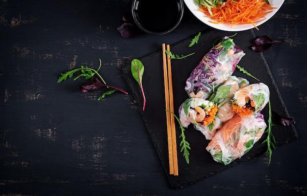 Rolos de mola vietnamianos do vegetariano com camarões picantes, camarões, cenoura, pepino, couve vermelha e macarronete de arroz.