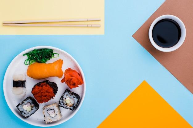Rolos de molho e sushi