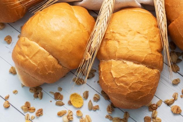 Rolos de pão de trigo fresco. rolos para cachorro-quente ou hambúrguer. espaço de cópia de fundo branco.