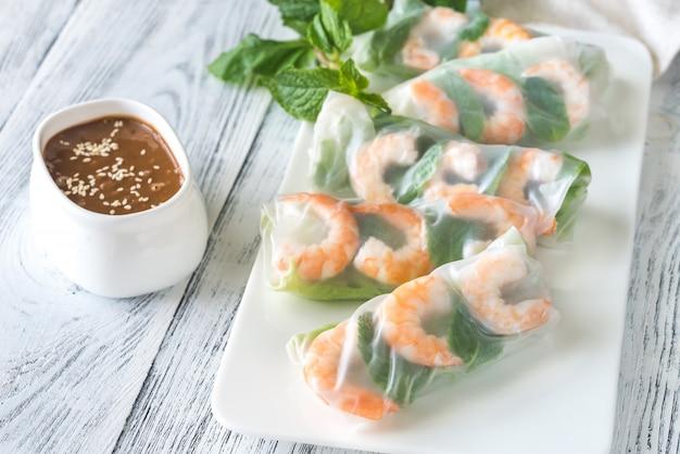 Rolos de papel de arroz de camarão com molho de amendoim