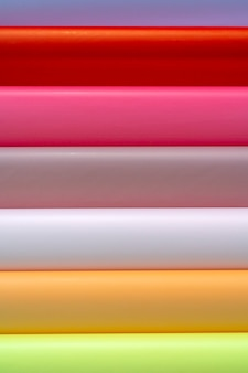 Rolos de papel de embrulho colorido. fundo econômico abstrato.