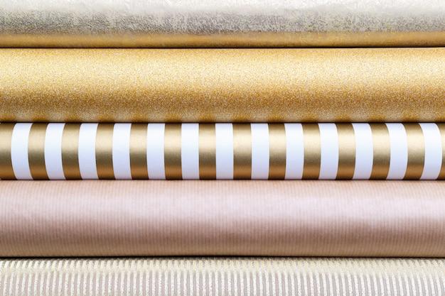 Rolos de papel de embrulho dourado