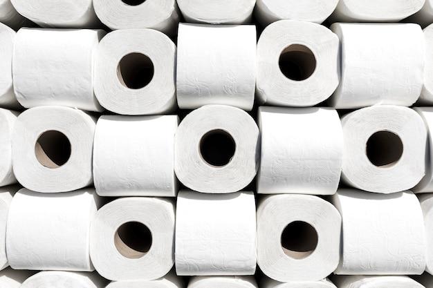 Rolos de papel higiênico alinhados