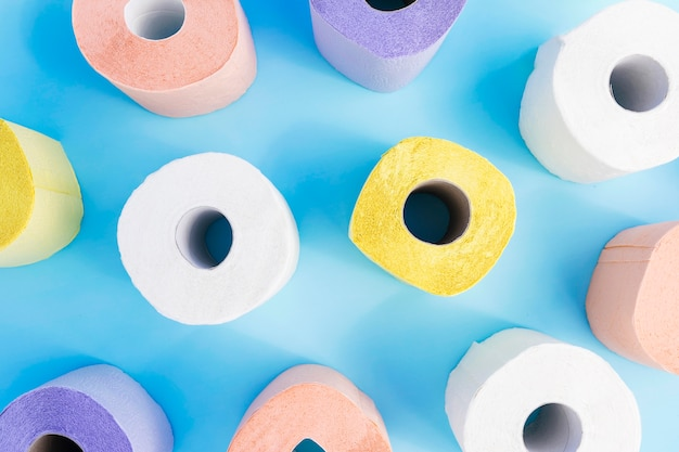 Rolos de papel higiênico colorido plana leigos na mesa