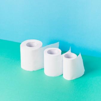 Rolos de papel higiênico de alto ângulo alinhados