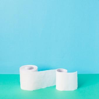 Rolos de papel higiênico de alto ângulo com espaço para texto