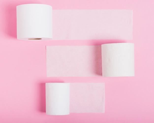 Rolos de papel higiênico na mesa