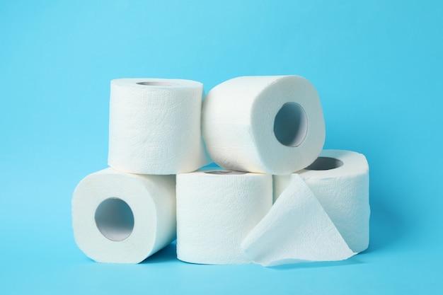Rolos de papel higiênico no azul