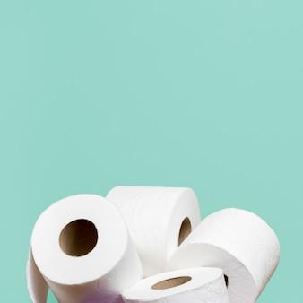 Rolos de papel higiênico no suporte com espaço para texto