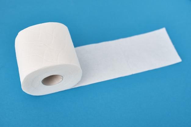 Rolos de papel higiênico sobre fundo azul. conceito de higiene