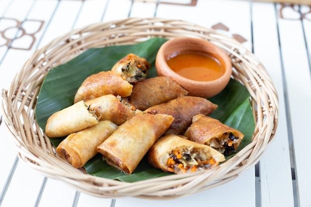 Rolos de primavera fritos profundos. comida popular do povo tailandês