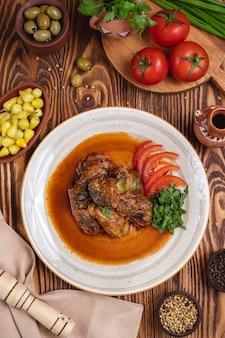 Rolos de repolho carne tomate verdes azeitonas vista superior
