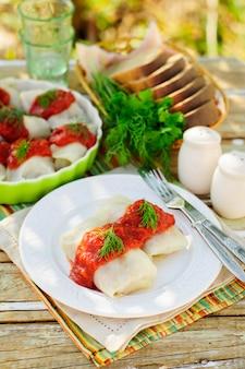 Rolos de repolho com molho de tomate e endro