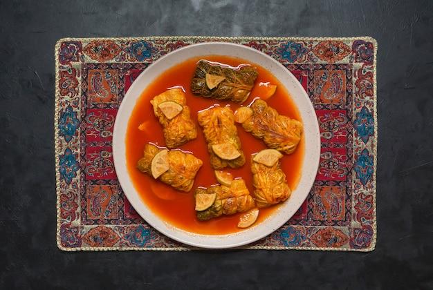 Rolos de repolho indiano em molho de curry