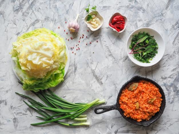 Rolos de repolho para cozinhar. rolos de repolho recheado com arroz e legumes, vista superior.