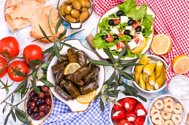 Rolos de repolho turco e vários petiscos da culinária nacional. arroz em folhas de uva e azeitonas. comida para um almoço oriental tradicional