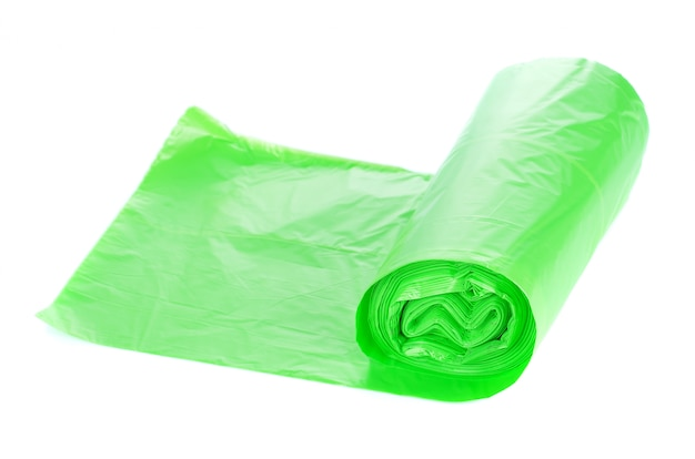 Rolos de sacos de lixo isolados no branco