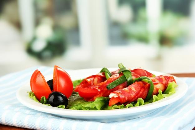 Rolos de salame em chapa branca em brilho