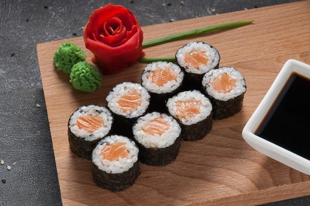Rolos de salmão em alga nori com molho de soja