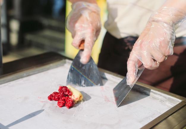 Rolos de sorvete salteados na panela de congelamento. orgânico, sorvete natural, sobremesa feita à mão.