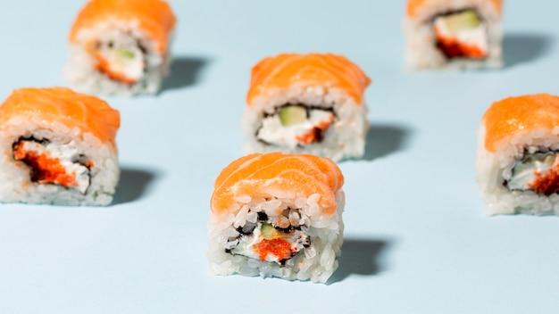 Rolos de sushi alinhados na mesa