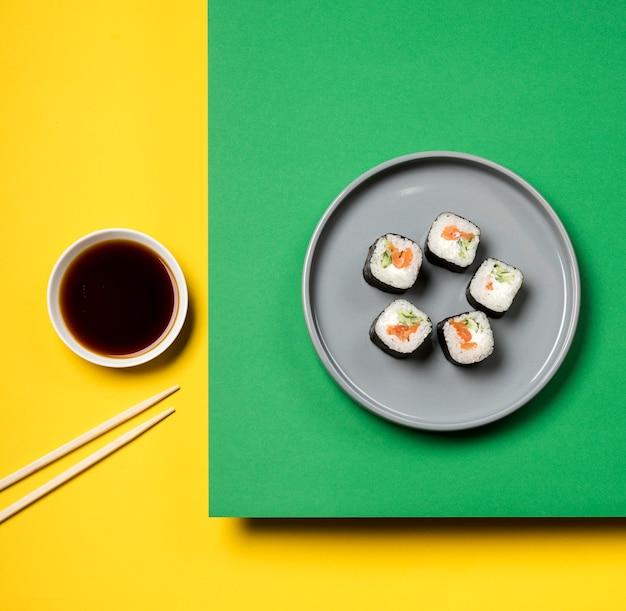Rolos de sushi asiático tradicional plana leigos
