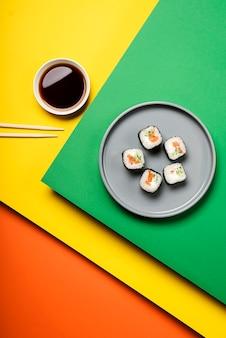 Rolos de sushi asiático tradicional vista superior