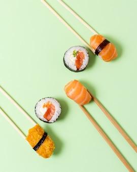 Rolos de sushi asiáticos na mesa