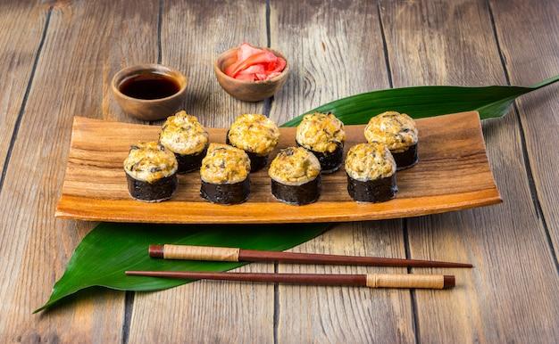 Rolos de sushi assado com enguia