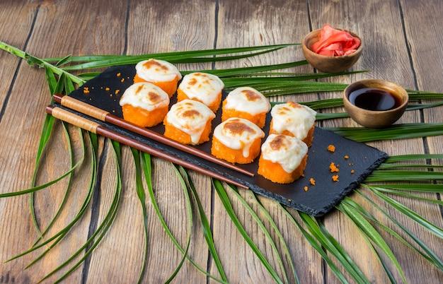 Rolos de sushi assados