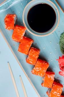 Rolos de sushi cobertos com caviar