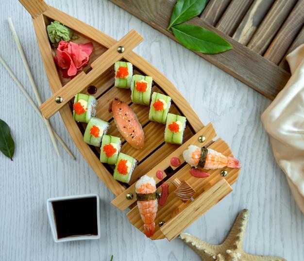 Rolos de sushi com camarão lateral