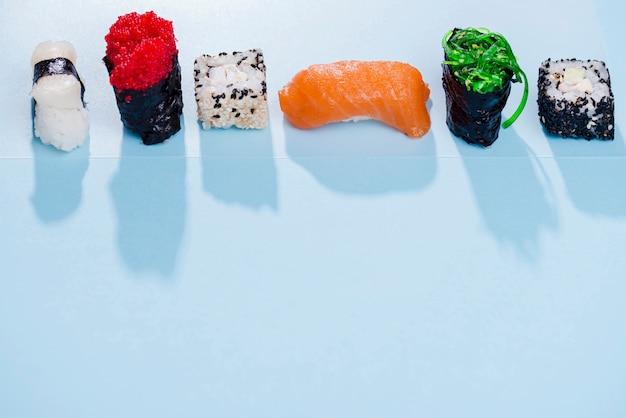 Rolos de sushi com cópia-espaço